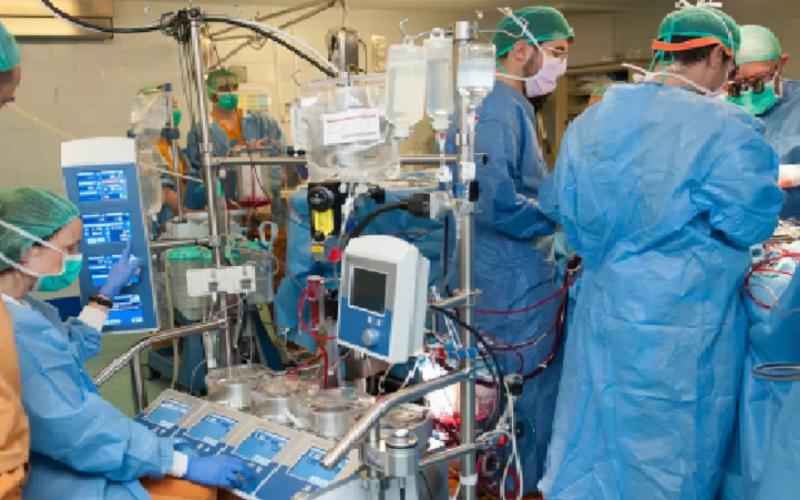 Implantan un corazón artificial total, el segundo caso en España que se lleva a cabo con éxito